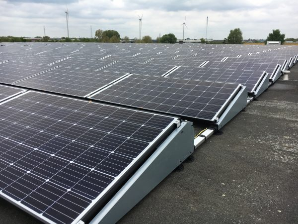 400x 290Wp Solar World modules i.c.m. SolarEdge optimizers en 4x SolarEdge 3-phase omvormers. Voor een snelle installatietijd is gekozen voor het Flatfix Fusion platdaksyteem van Esdec.