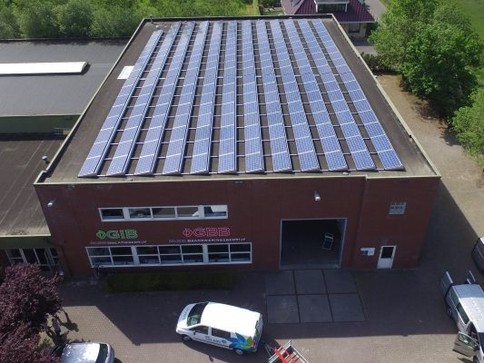 60 kWp 3-phase installatie. 214x 280Wp Hanwha Qcells modules i.c.m. SolarEdge optimizers en omvormer. Vanwege de maximaal toelaatbare dakbelasting en beperkte installatietijd is gekozen voor het Flatfix Fusion montagesysteem.